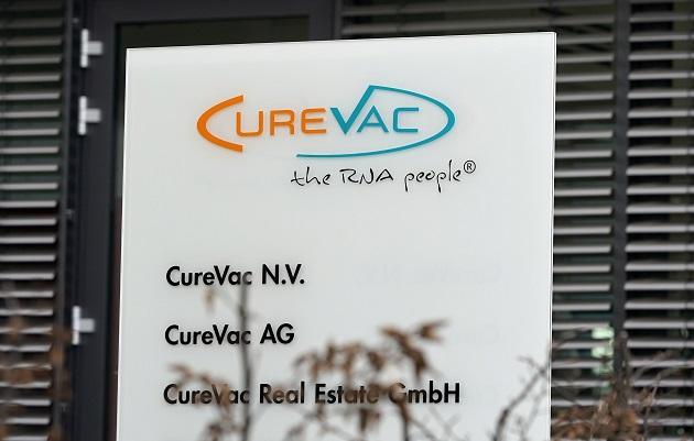 Vista de un logotipo de la empresa biofarmacéutica CureVac en el edificio principal de Tuebingen, Alemania. Foto: EFE