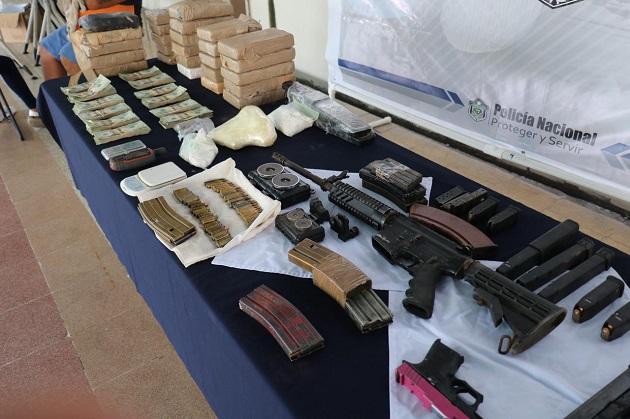 Armas y droga encontraron en las casas que fueron allanadas en Boca la Caja.