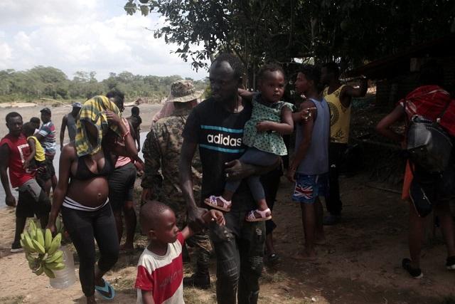 Un padre haitiano carga a su hija de cuatro meses en la comunidad de Bajo Chiquito, luego de real