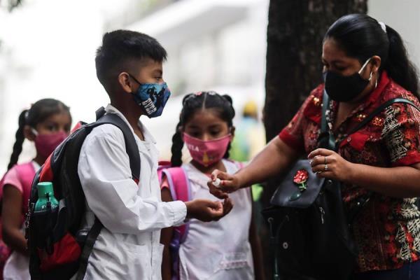 Un grupo de chicos se prepara para entrar en un colegio de Buenos Aires.