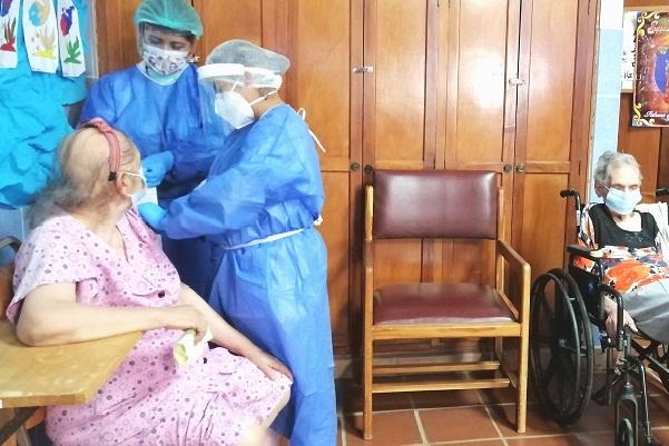 Se vacunaron adultos mayores encamados, que forman parte del Sistema de Atención Domiciliaria Integral (SADI) de la Caja de Seguro Social.