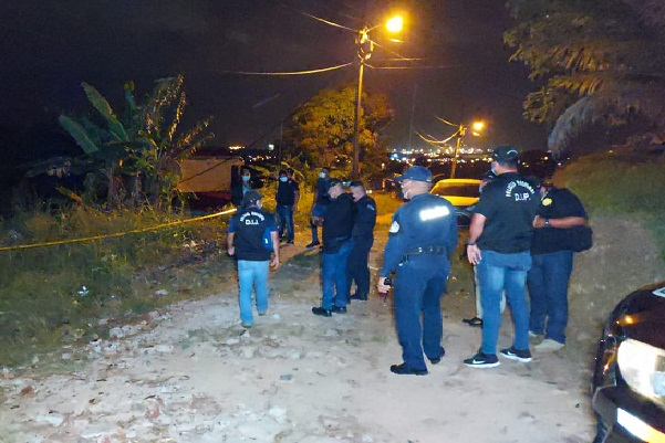 Pasadas las 11 de la noche se llevó a cabo el levantamiento del cuerpo con el fin de identificarlo y determinar las causas de la muerte.
