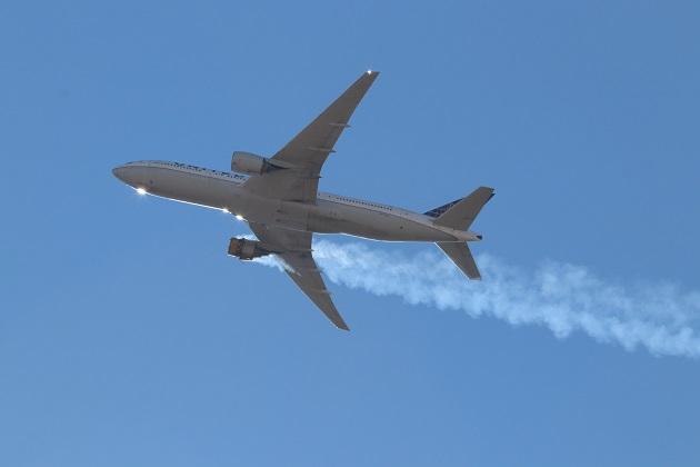 Una foto proporcionada por el usuario de Instagram, Hayden Smith, muestra el vuelo 328 de United Airlines (Boeing 777-200) con un motor en llamas, cerca de Denver. Foto: EFE