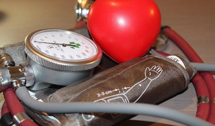 El riesgo mayor deja de existir cuando se trata adecuadamente la presión arterial alta con medicamentos. Pixabay