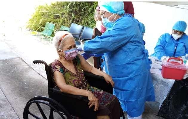 Vacunación de adultos mayores contra la covid-19. Foto: Cortesía