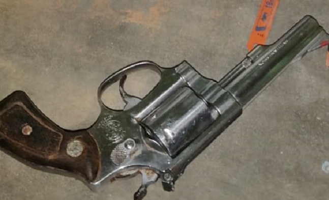 Las sustancias ilícitas, así como el arma y las municiones han sido puestas a órdenes de las unidades competentes.