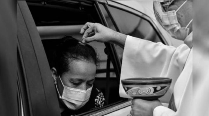En Panamá, como parte de las medidas de bioseguridad por la pandemia, a los feligreses se les roció las cenizas en sus cabezas desde sus vehículos y a otros en los templos. Foto: EFE