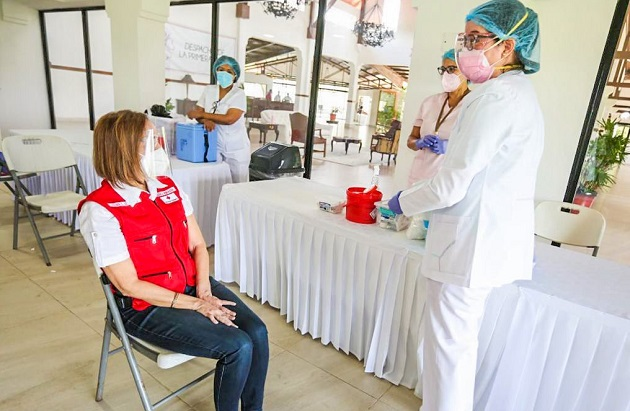 La Primera Dama de la República, Yazmín Colón de Cortizo, fue vacunada en el Parque Omar. Foto cortesía