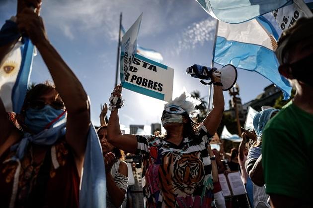 Manifestantes protestan contra el Gobierno, en medio de la fuerte polémica tras conocerse que se habían vacunado con privilegios diversas figuras cercanas al poder. Foto: EFE