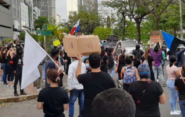 Marchan hasta la presidencia de la República para exigir justicia para menores en albergues. Foto:Cortesía