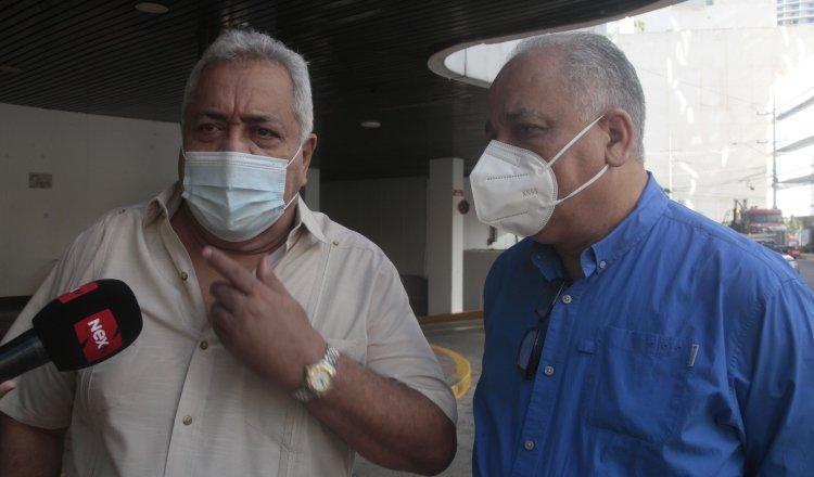 Alejandro Pérez y Luis Eduardo Camacho González durante la visita ayer en el Primer Tribunal de Justicia. Víctor Arosemena