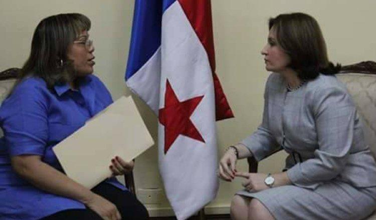 Idalia Martínez junto a la exprocuradora Kenia Porcell.