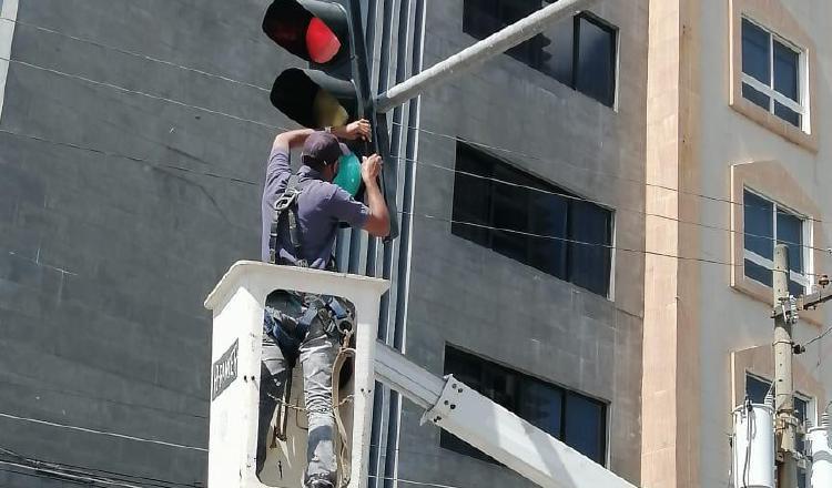 la Autoridad del Tránsito contratará a cuatro empleados de la empresa para que ayuden a dar mantenimiento a los semáforos.