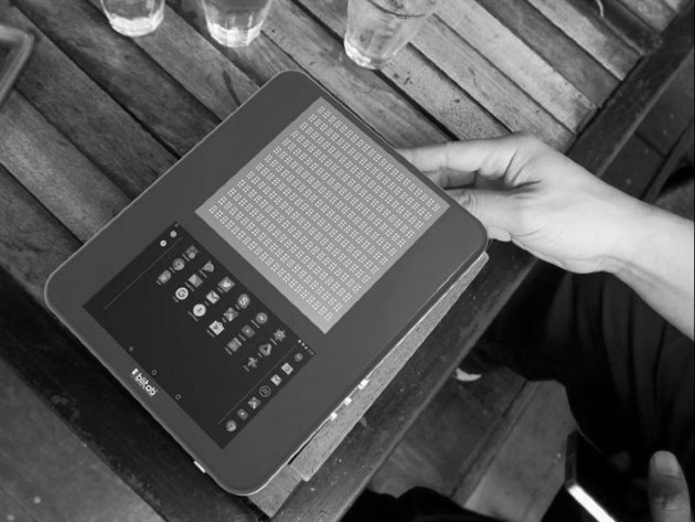 Blitab es una tableta con una pantalla táctil y una placa con ranuras que se activan para formar trece líneas de texto en braille, una revolucionaria combinación que permite a personas ciegas navegar por la red y traducir los contenidos. Foto: EFE.