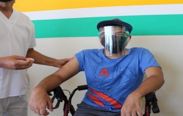Marlon Agrazal de 17 años, paciente con capacidad especial certificado por el Senadis, recibió su primera dosis de la vacuna contra el covid-19 en Veraguas.