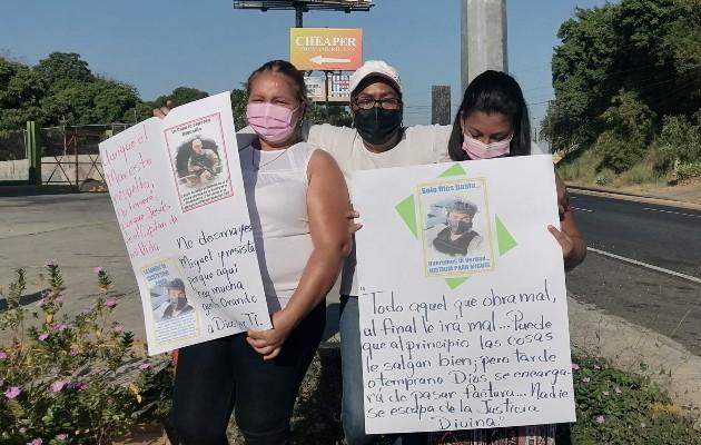 Reunidos a un costado de la vía en el cruce entre La Arena de Chitré y Pesé, familiares y amigos de Miguel Ávila realizaron una vigilia pacífica, en la que pidieron que se esclarezcan los hechos en torno a su desaparición.