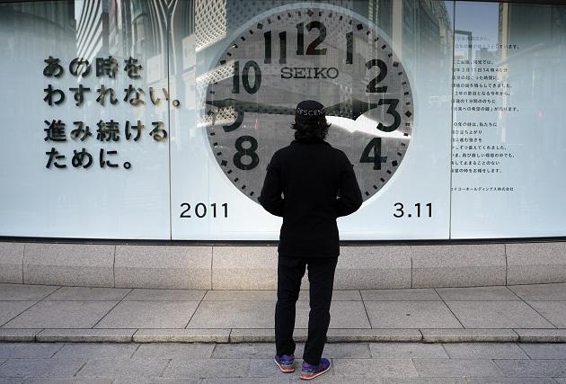 Un hombre mira un reloj que muestra la hora (14:46) del devastador terremoto y tsunami del 11 de marzo de 2011 en Tokio, Japón. Foto: EFE
