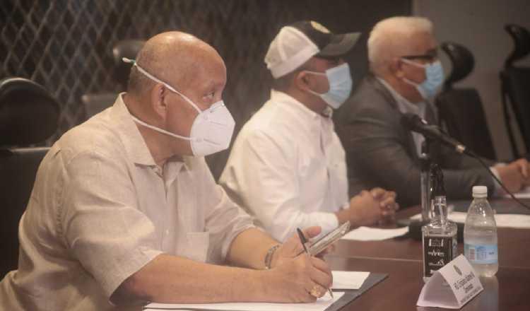 Crispiano Adames (izquierda) dijo que conversó con el presidente Laurentino Cortizo y le dijo que no pretende eliminar el examen. Víctor Arosemena