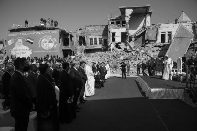 El Papa Francisco en las ruinas de la Iglesia católica de la Inmaculada Concepción en Mosul, en el norte de Irak. Foto: EFE.