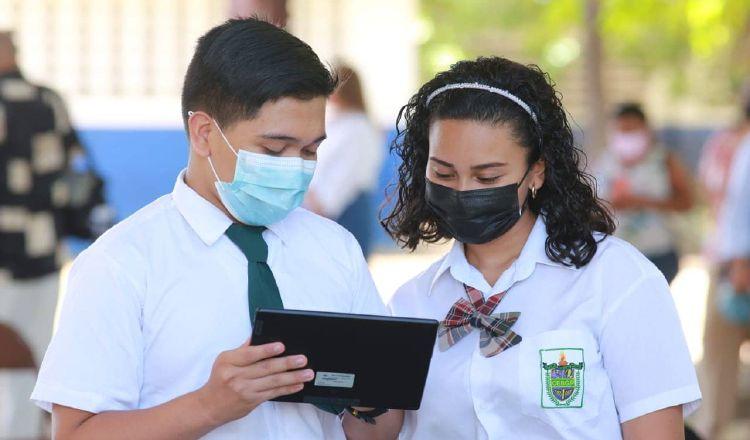 El Ministerio de Educación (Meduca) está entregando tabletas a los estudiantes de duodécimo grado. En la foto, jóvenes de Coclé. Cortesía