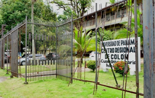 Esta casa de estudios está ubicada en la comunidad de Arco Iris en las afueras de la ciudad de Colón, donde los colonenses pueden acudir a matricularse y graduarse de varias carreras a precios accesibles.