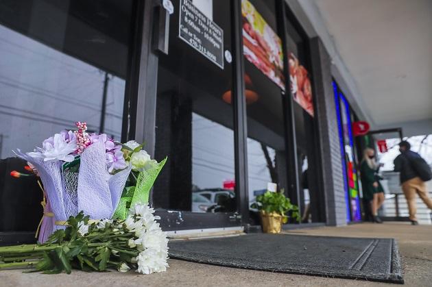 Vista de varias flores dejadas por algunas personas en honor de las víctimas del tiroteo en la entrada del spa Young's Asian Massage en Acworth, Georgia, Estados Unidos. Foto: EFE