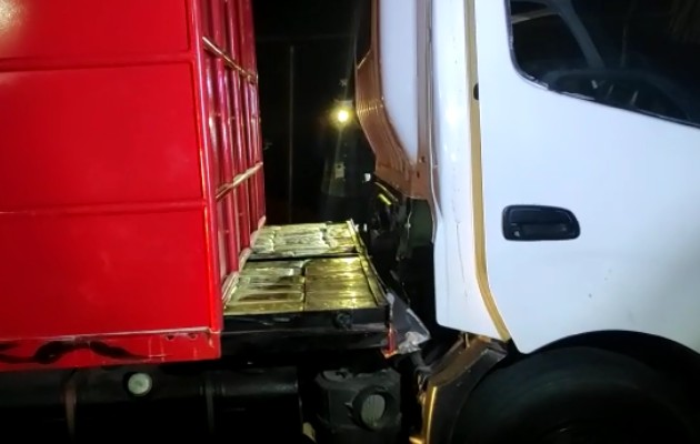 Decomisan supuesta droga oculta en el vagón de vehículo, ingeniosamente modificado. Foto:Senafront
