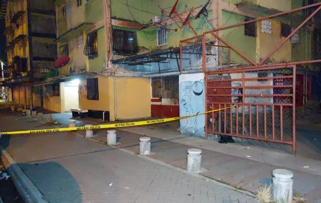 Al lugar llegaron las unidades de la Policía Nacional que procedieron a acordonar con cinta amarilla todo el perímetro.