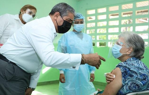 El ministro Luis Sucre recordó que la vacunación depende de las dosis disponibles.