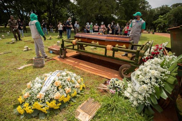 Varias personas asisten a un funeral hoy, en el cementerio Campo de Esperanza, en Brasilia (Brasil). EFE