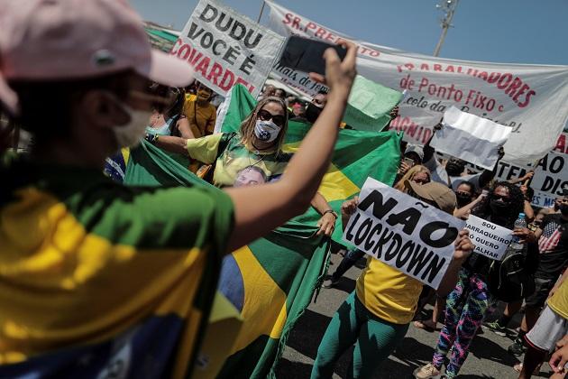 Varias personas protestaron el pasado 26 de marzo en contra de las nuevas medidas implementadas en Brasil para frenar los contagios de covid-19. Foto: EFE