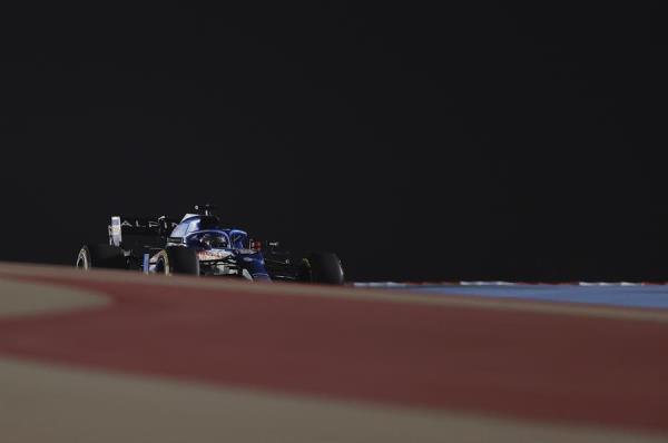 La escudería francesa detectó el problema y alertó al español a través de la radio, por lo que Alonso tuvo que llevar el vehículo a los talleres cuando ocupaba el decimocuarto puesto en la clasificación.
