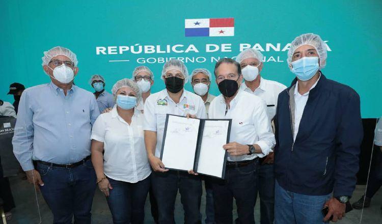 Presidente Laurentino Cortizo, entrega a Augusto Jiménez, documento que crea la APA. Cortesía