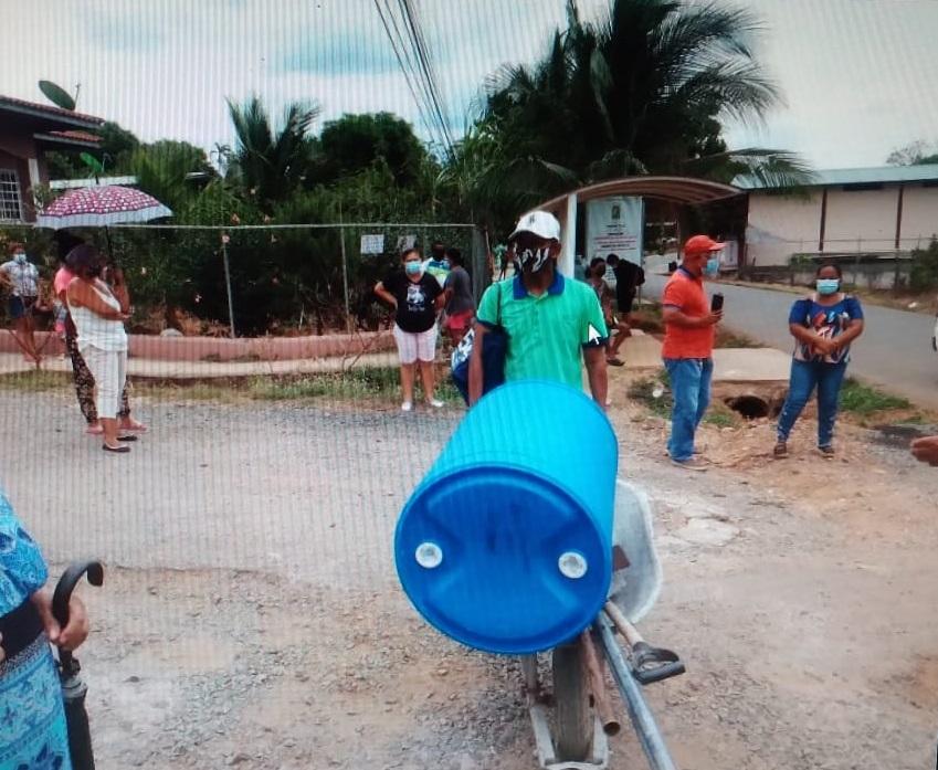 Muchos moradores aseguraron que van a las quebradas y ríos, al estilo antiguo, para poder suplirse de agua. Foto: Melquiades Vásquez