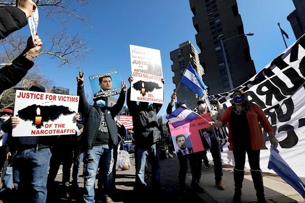 A las puertas de las cortes neoyorquinas, medio centenar de hondureños festejaban la sentencia de cadena perpetua entre vítores y cánticos. Foto: EFE