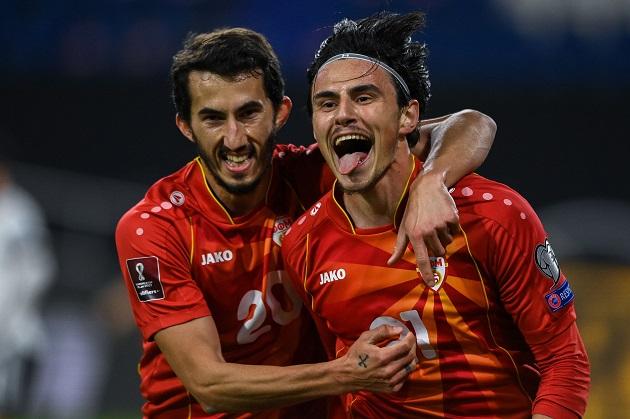 Un gol de Elmas (dcha.) en el 85' dio el triunfo macedonio en Duisburgo (Alemania). Foto: EFE