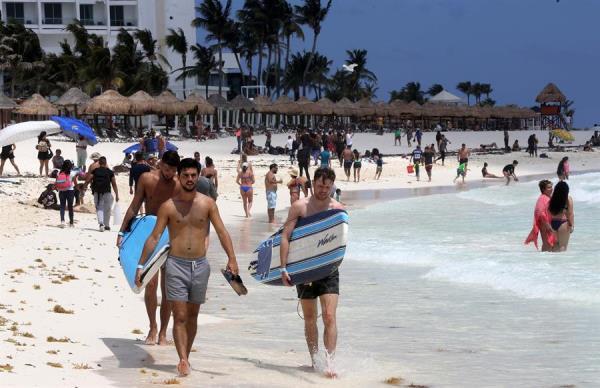 Turistas acuden a las playas el 27 de marzo de 2021, en el balneario de Cancún, en el estado de Quintana Roo, (México).