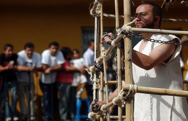 El mexicano Jesús Blancas (dcha) personifica a Barrabás durante la procesión de la