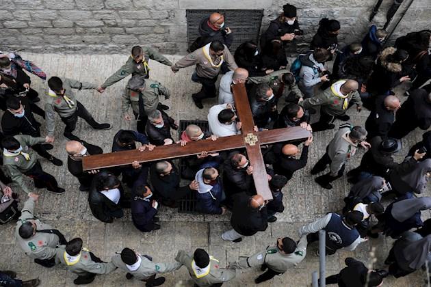 Fieles en Jerusalén siguieron los pasos del Calvario de Jesús, desde la iglesia de la Flagelación hasta la basílica del Santo Sepulcro. Foto:EFE