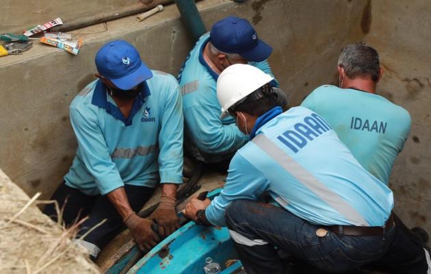 Técnicos del Idaan continúan con las maniobrasen la línea de conducción de 66
