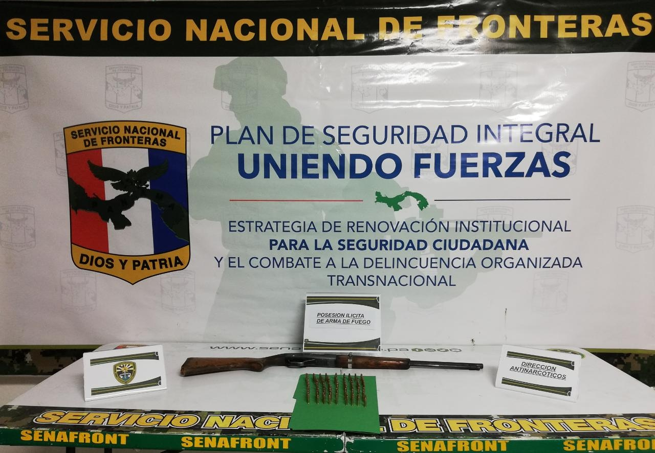 El arma decomisada es un rifle calibre 22, sin documentos. Foto: Mayra Madrid