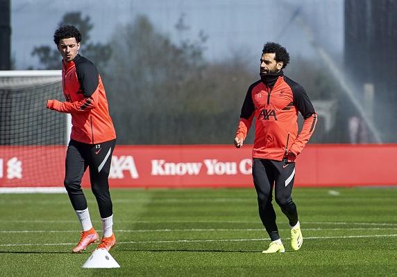 Mohamed Salah (derecha) y Curtis Jones (izquierda), jugadores del Liverpool preparándose para visitar al Real Madrid. Foto: Twitter
