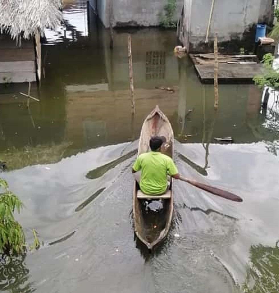 Hay mal tiempo en la Costa Abajo, el agua inundó la población de Miguel de la Borda. Foto: Diómedes Sánchez