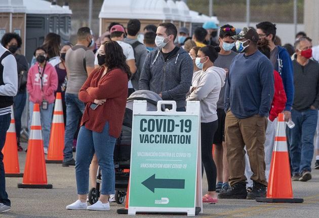 La gente hace cola hoy para recibir la vacuna contra la covid-19 en el sitio de vacunación de Fema abierto en Miami-Dade College en Miami, Florida. Foto: EFE
