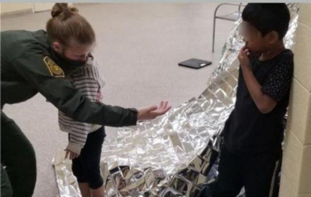 Agente consuela a un niño y una niña que fueron rescatados después de ser abandonados en la frontera entre Estados Unidos y México. EFE