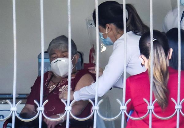 Costa Rica está destinando el 90 % de las vacunas que recibe a los adultos mayores. EFE