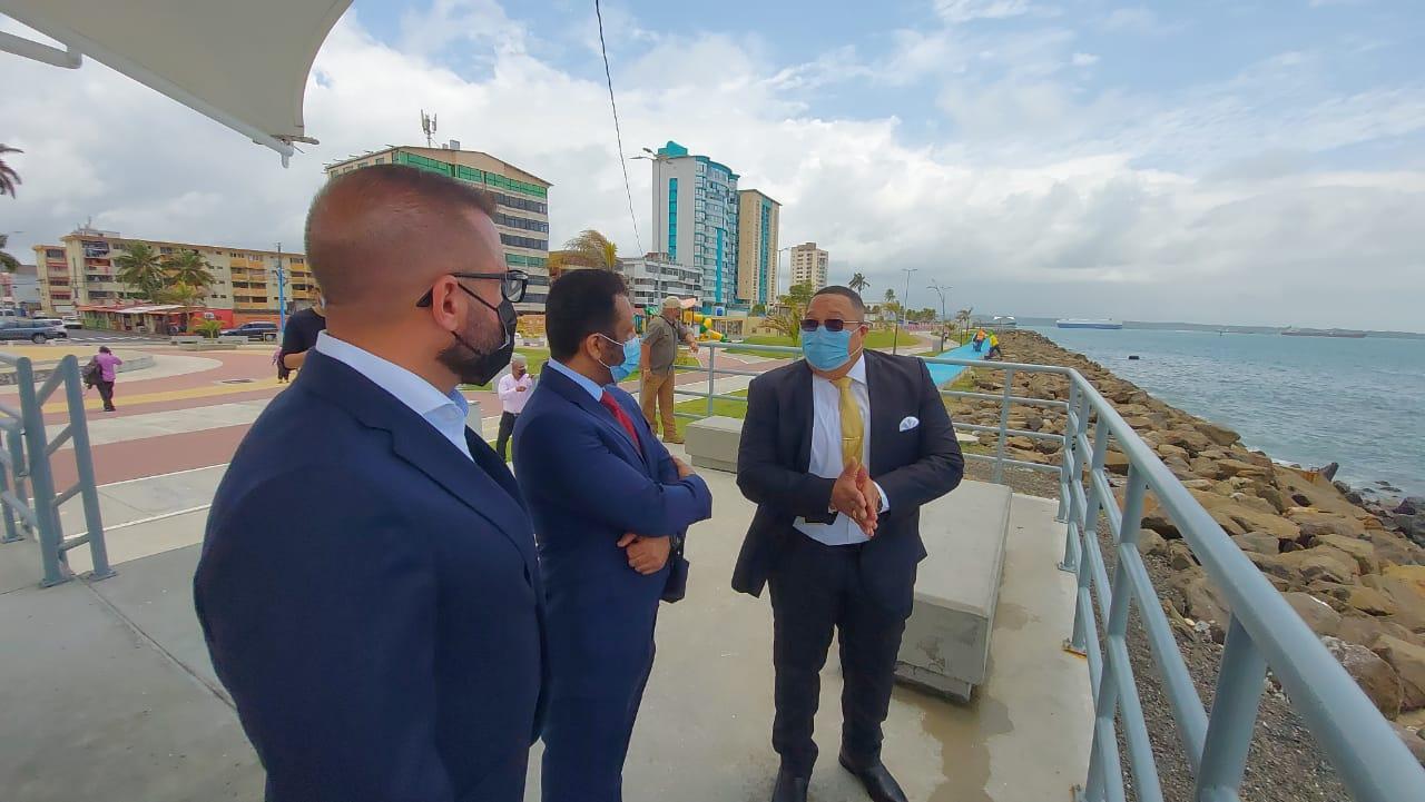 El embajador de Qatar en Panamá, Saad Mubarak Saad Al Jafali Al Nuaimi (centro), visitó varias áreas de interés de la ciudad de Colón, como el paseo marino.