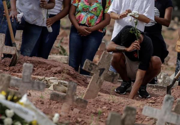Una mujer víctima de la covid-19 es sepultada en un cementerio de Río de Janeiro (Brasil). EFE