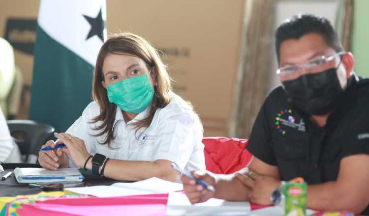 La ministra Maruja Gorday de Villalobos estuvo ayer en Hato Chamí conversando con la comunidad educativa sobre conectividad y mejoras a las escuelas del área.