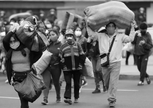 La agonía y la angustia, se han apoderado de cientos de miles de trabajadores, no ven la hora en ser reintegrados a sus labores. Foto: EFE.